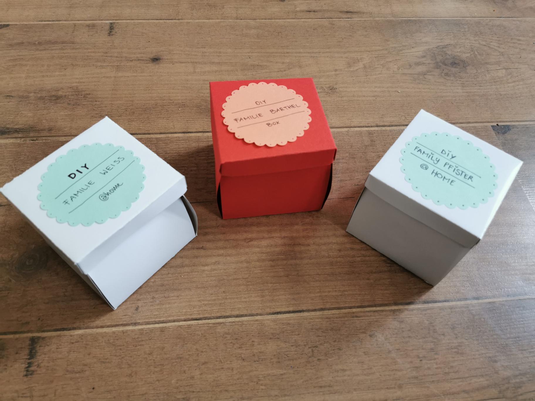 Mitarbeiter-Team liefert Ideenboxen nach Hause!
